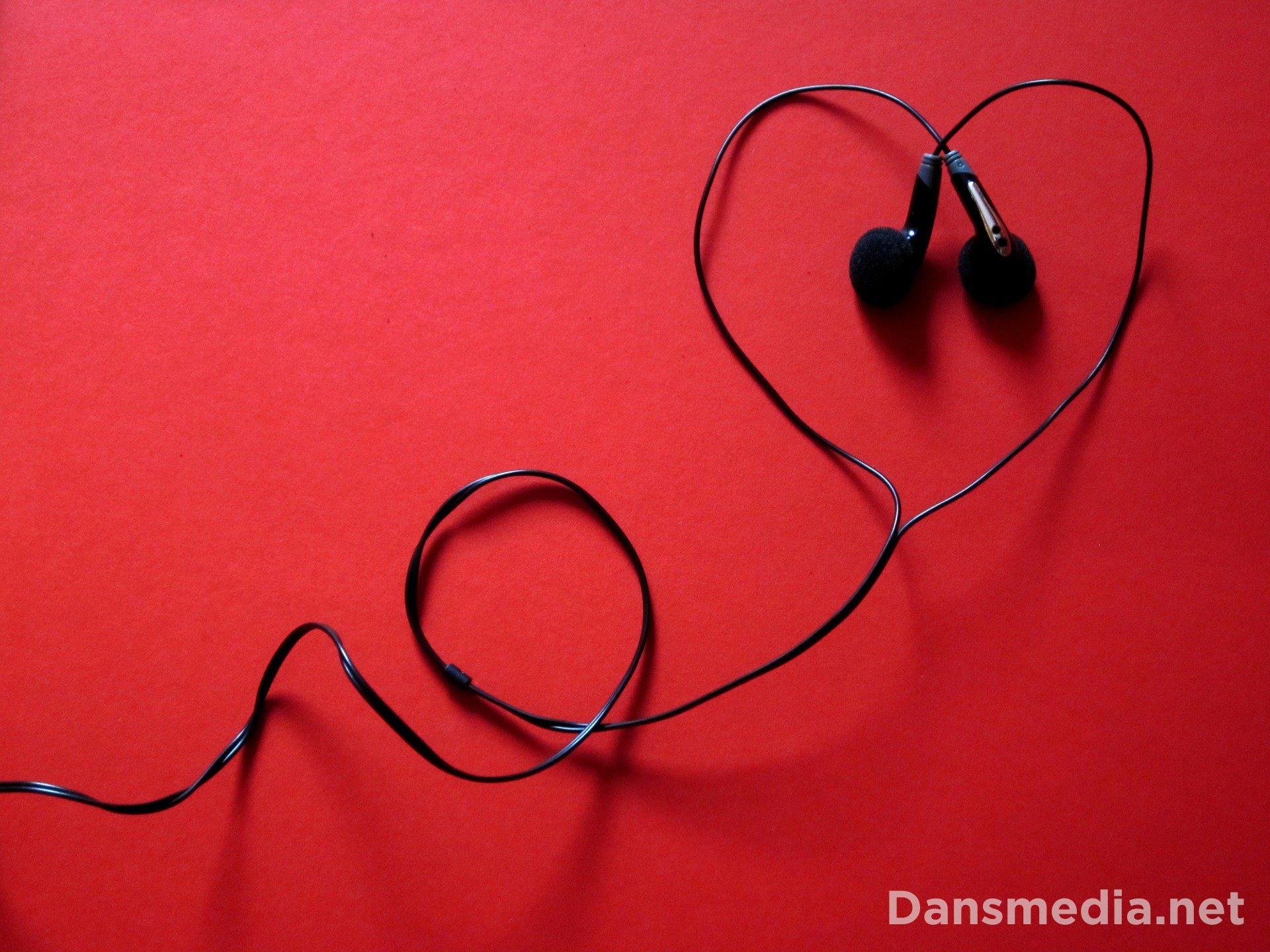 9 Daftar Lagu penyemangat dan enak didengar, mood booster!