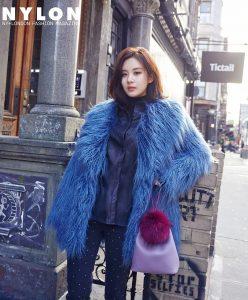 gaya pakaian beludru dengan tas ungu