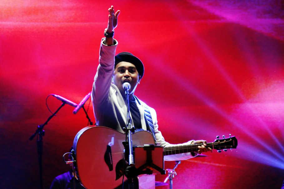 Penyanyi Glenn Fredly | ANTARA FOTO/Abriawan Abhe/ama/15
