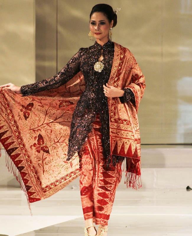 Baju Kebaya Bawahan Batik: 17+ Setelan Kondangan Perempuan, Perpaduan Tradisional