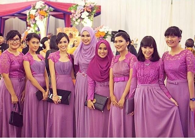 Baju kebaya tanpa batik dengan gamis warna ungu muslimah.