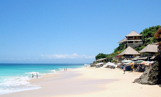 Pantai Dreamland, tempat honeymoon sambil menikmati pemandangan alam yang eksotis.
