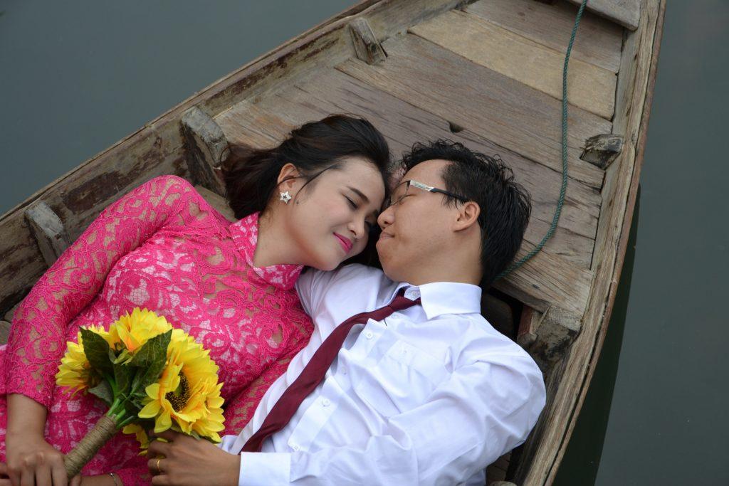 Foto prewedding di atas perahu, bikin semakin romantis