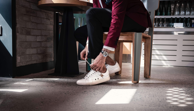 Tetap casual saat menghadiri pesta dengan menggunakan sneakers