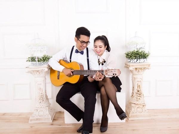 Sepasang kekasih bermain gitar dan bernyanyi