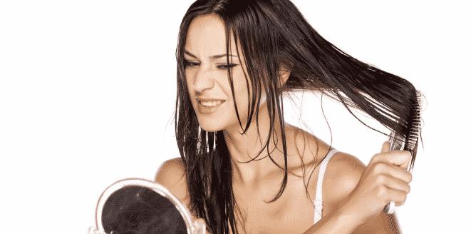 foto menyisir ketika rambut basah menyebabkan kerontokan