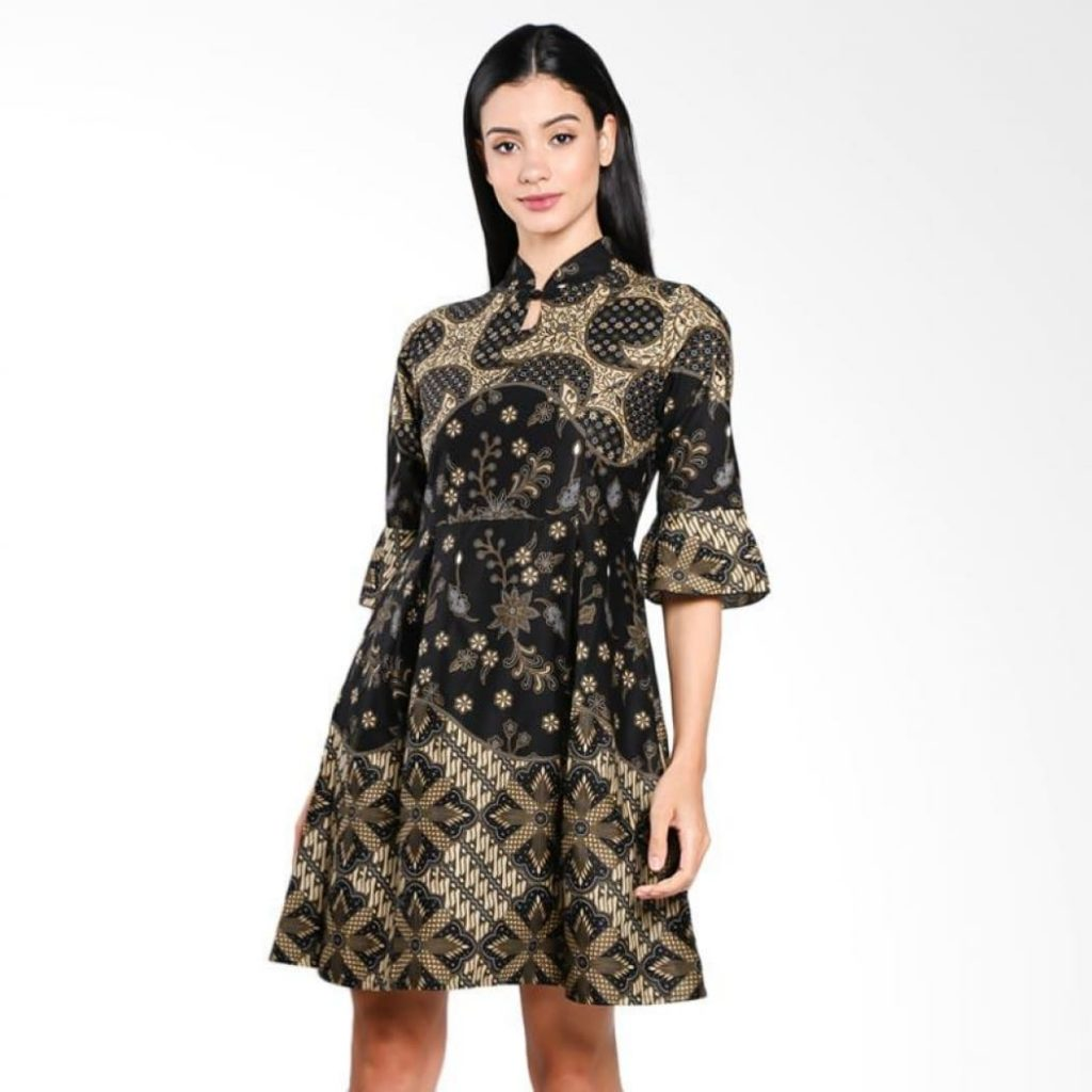 Dress batik dengan setengah lengan.