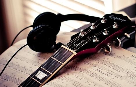 10 Cara Bermain Gitar Untuk Pemula Hingga Mahir Lengkap